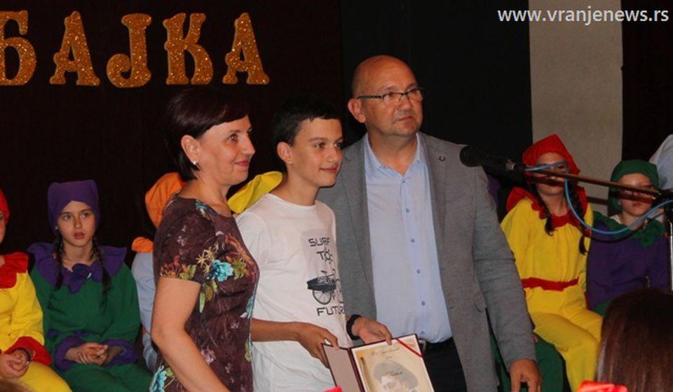 Stefanović sa đacima na prošlogodišnjoj priredbi povodom Dana škole. Foto Vranje News