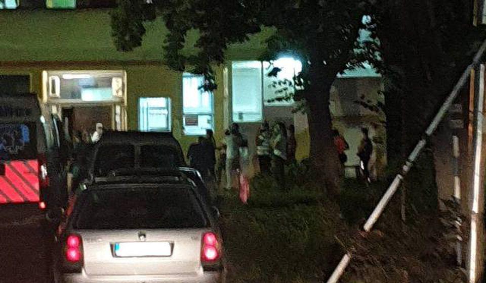 Gužva ispred Infektivnog odeljenja u petak uveče. Foto lična arhiva