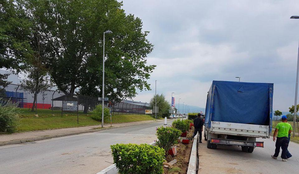 U Radničkoj se uređuju saobraćajna ostrva. Foto VranjeNews