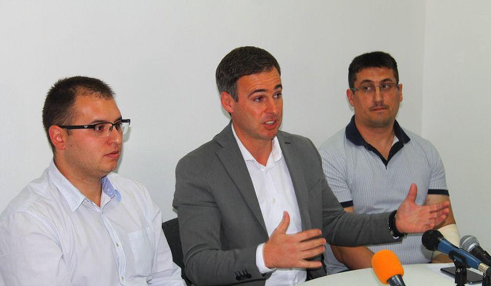 Potpredsednik NS Miroslav Aleksić sa lokalnim funkcionerima Đorđem Ristićem i Draganom Pavlovićem. Foto VranjeNews
