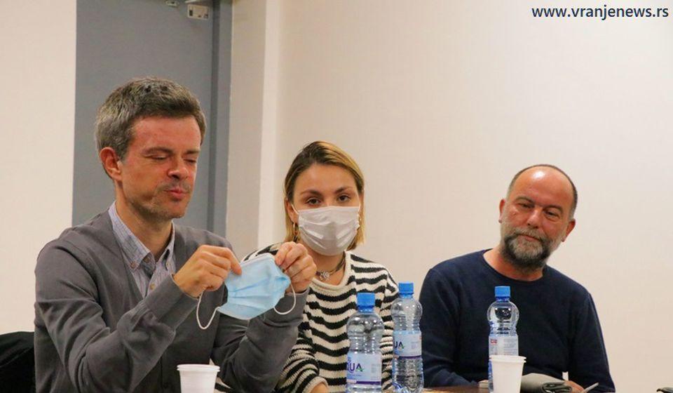 Moderator Igor Burić, spisateljica Isidora Milosavljević i reditelj Nenad Todorović. Foto Vranje News