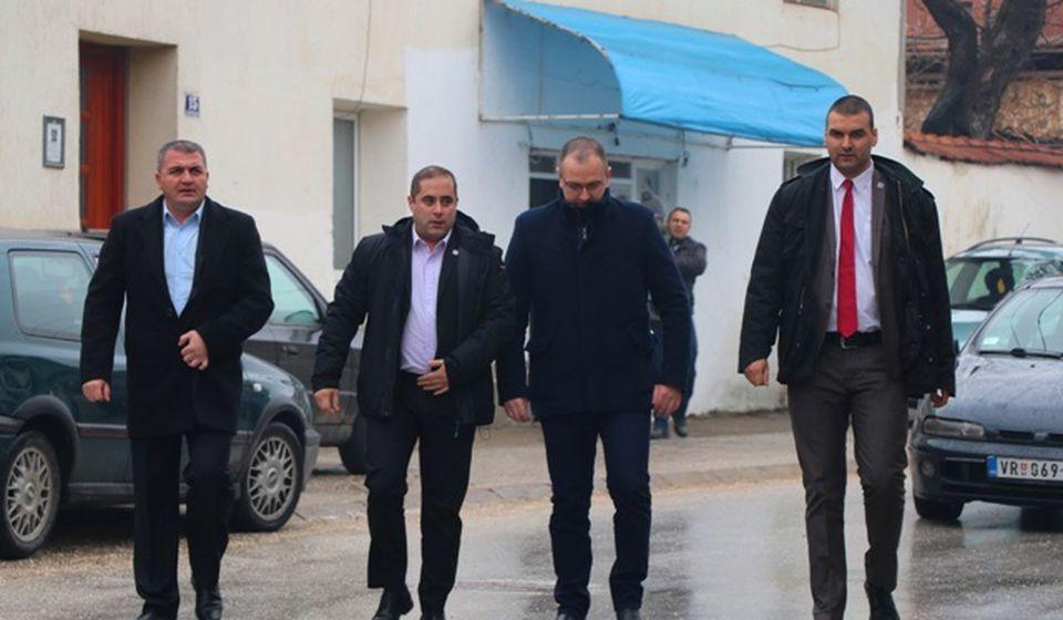 Glasine da smo kupovali glasove su laž i uvreda za Vranjance: Miša Vacić sa funkcionerima SD u lokalu. Foto Vranje News