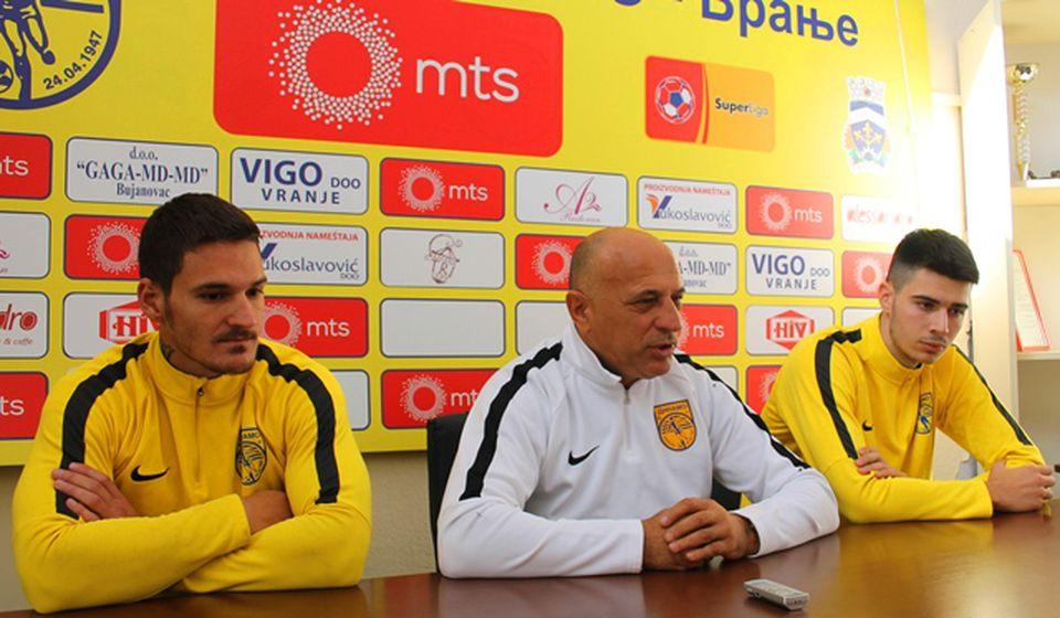 Trener Antić sa fudbalerima Markom Radivojevićem i Lukom Ratkovićem. Foto VranjeNews
