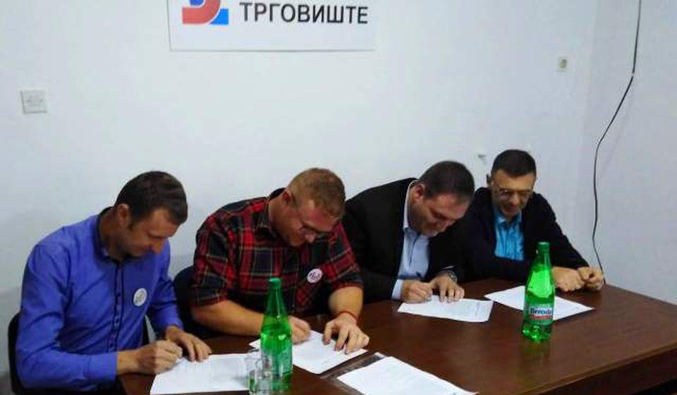 Spasić (levo) na potpisivanju sporazuma Zajedno za Trgovište. Foto SzS Trgovišta