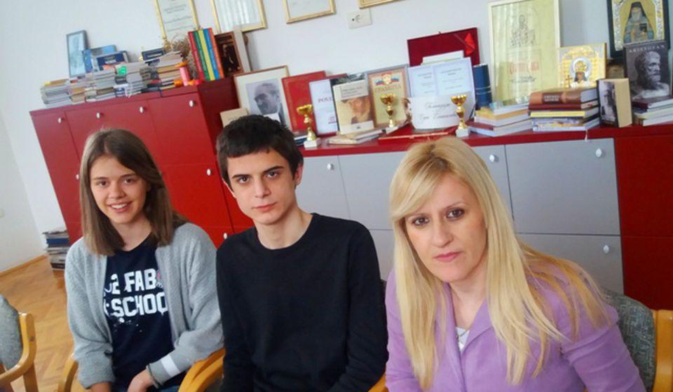 Staša i Gavrilo sa svojom mentorkom Vesnom Đorđević. Foto Gimnazija Bora Stanković