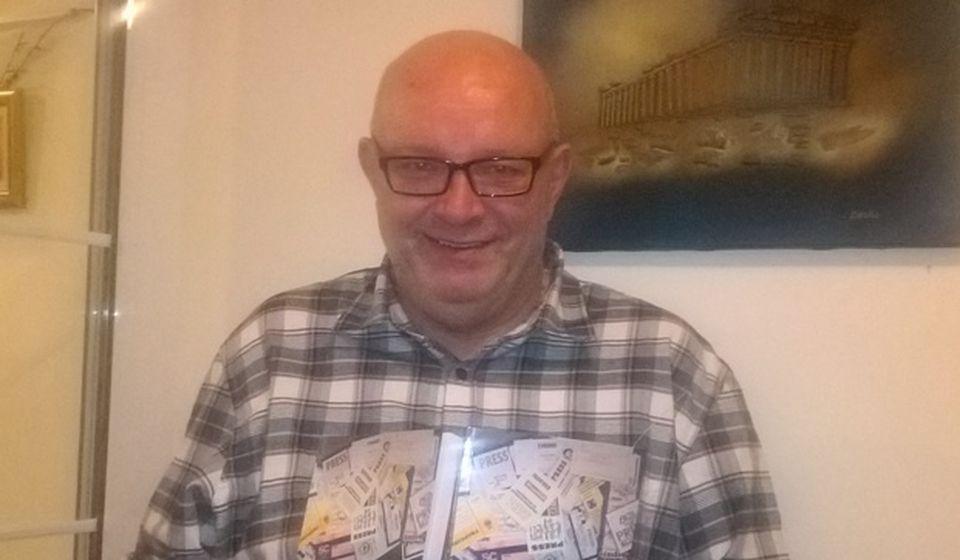 Prvi primerci konačno u rukama: autor sa svojom najnovijom knjigom. Foto privatna arhiva