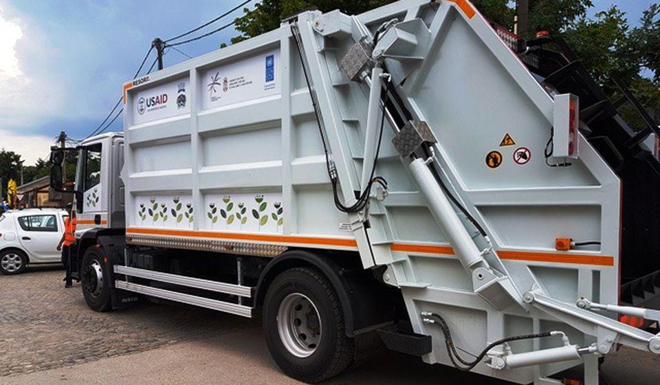 Jedan veliki smećar stigao je prošle godine kao donacija USAID-a. Foto VranjeNews