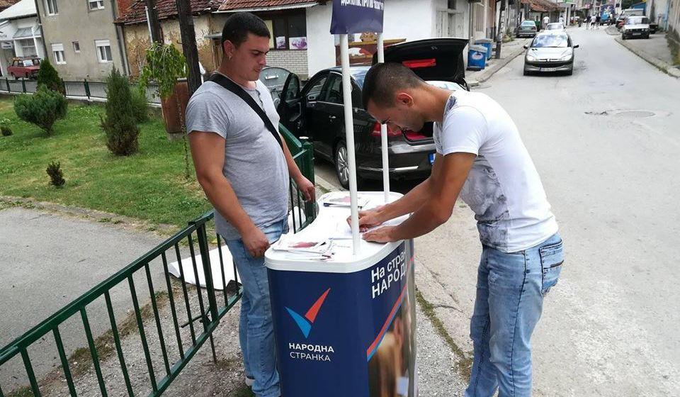 Jedna od uličnih akcija Narodne stranke u Trgovištu. Foto NS