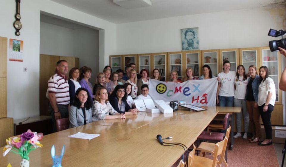 Sa direktorom i kolektivom škole. Foto Fejsbuk