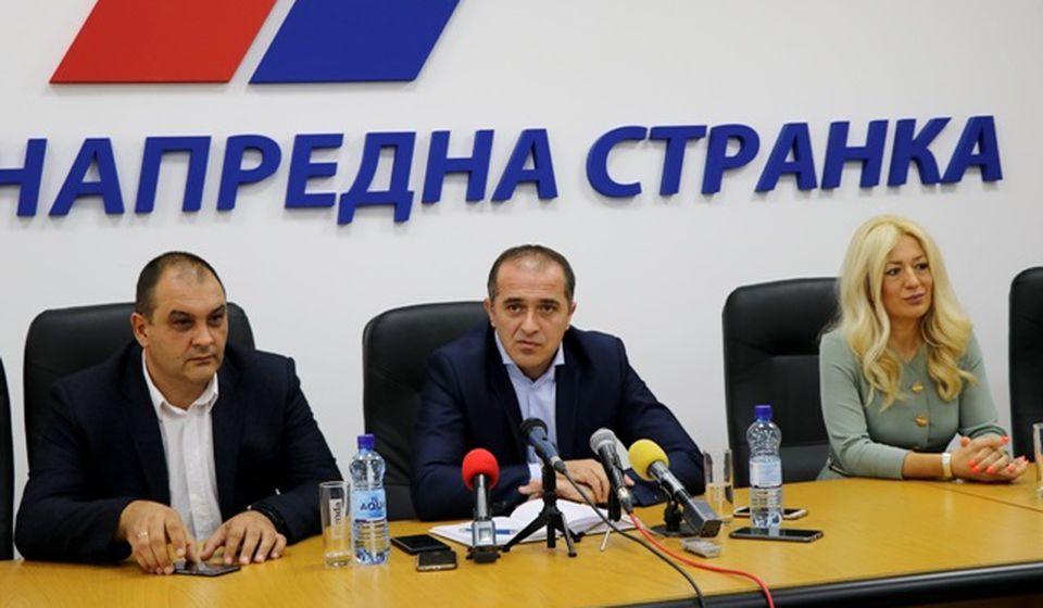 Bulatović  sa stranačkim kolegama na konferenciji za medije u vranjskom SNS-u. Foto VranjeNews