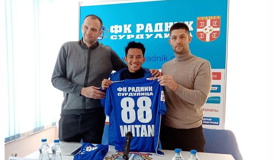 Indonežanin Sulaeman prilikom potpisivanja ugovora sa surduličkim klubom. Foto FK Radnik