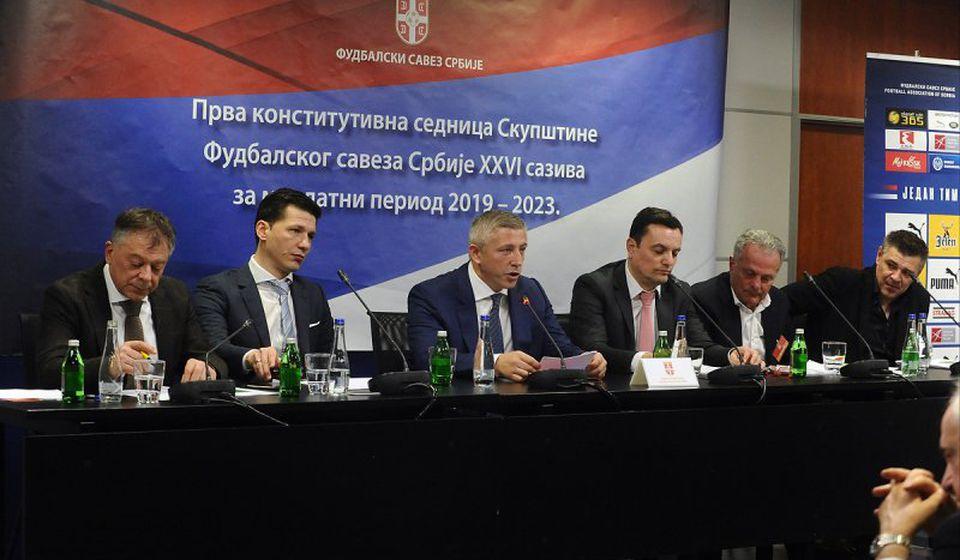 Tončev (levo) sa vrhom saveza. Foto FSS