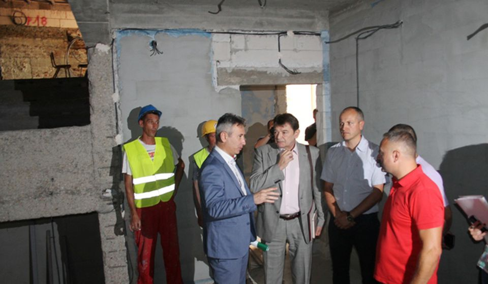 Arsić i Milenković prilikom obilaska radova na obnovi pozorišta. Foto VranjeNews