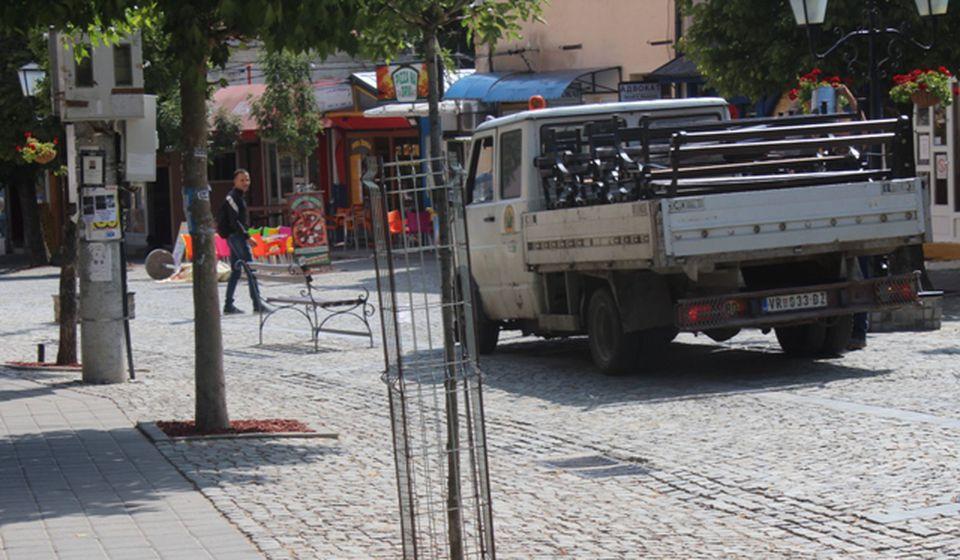Ko samovoljno ukloni stubiće za ulazak u centralno gradsko šetalište moraće da plati 100.000. Foto VranjeNews