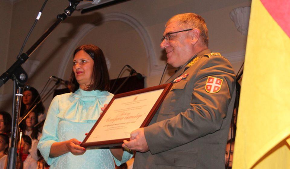 Predsednica Udruženja potomaka Vesna Đorić dodeljuje povelju