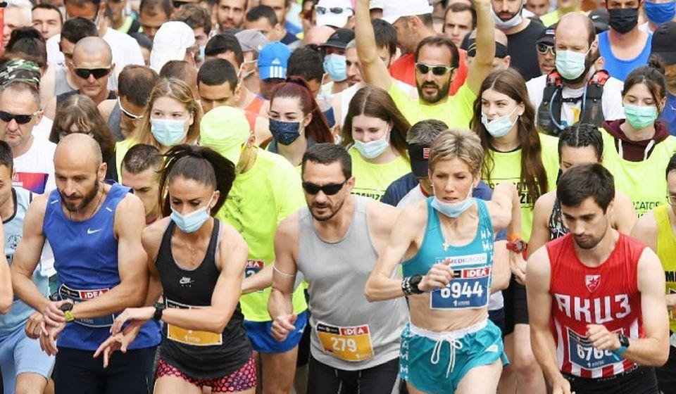 Saša Ćuković na startu Beogradskog maratona (u sivoj majci, levo od Olivere Jevtić). Foto AK Vranjski maratonci