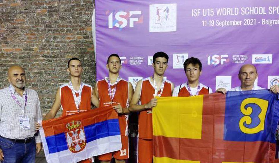 Uspeh za istoriju: ekipa Vukove škole nakon uručenja medalja. Foto lična arhiva