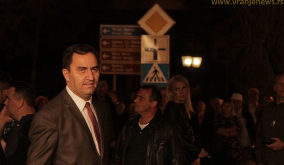 Nenad Mitrović, poslanik SNS-a iz Bujanovca, pristiže na otvaranje obnovljenog pozorišta u Vranju. Foto VranjeNews