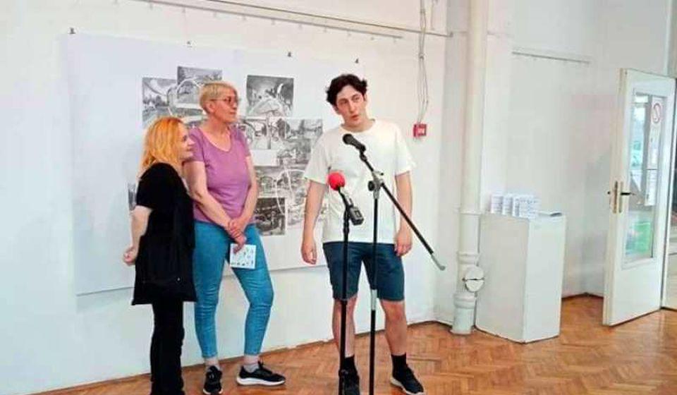 Jovana Mitrović (levo) nedavno na otvaranju izložbe u Vranju. Foto NU