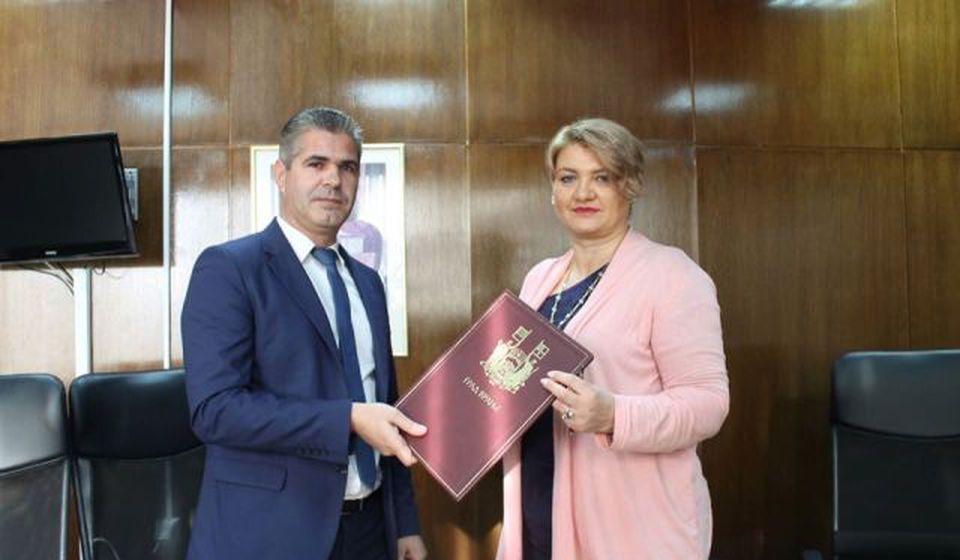 Arionović i Arsićeva posle potpisivanja sporazuma. Foto www.vranje.org.rs