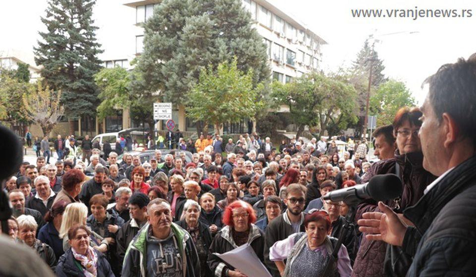 Odlučni da idu do kraja: radnici bivše Koštane u subotu ispred zgrade Gradske uprave. Foto VranjeNews