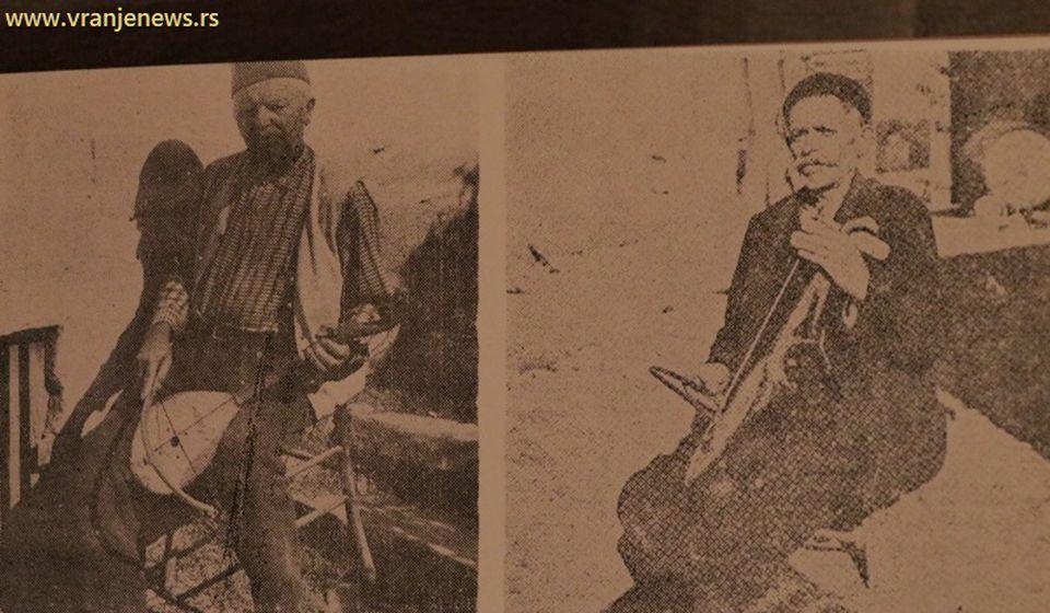 Guslar iz Vranja Vasilije Stojković Pinter (desno, levo je Obrad Simonović iz Glasovika) bio je guslar stvaralac i neretko je u Vranju pevao protiv nenarodne vlasti. Foto Vranje News (Izvor: