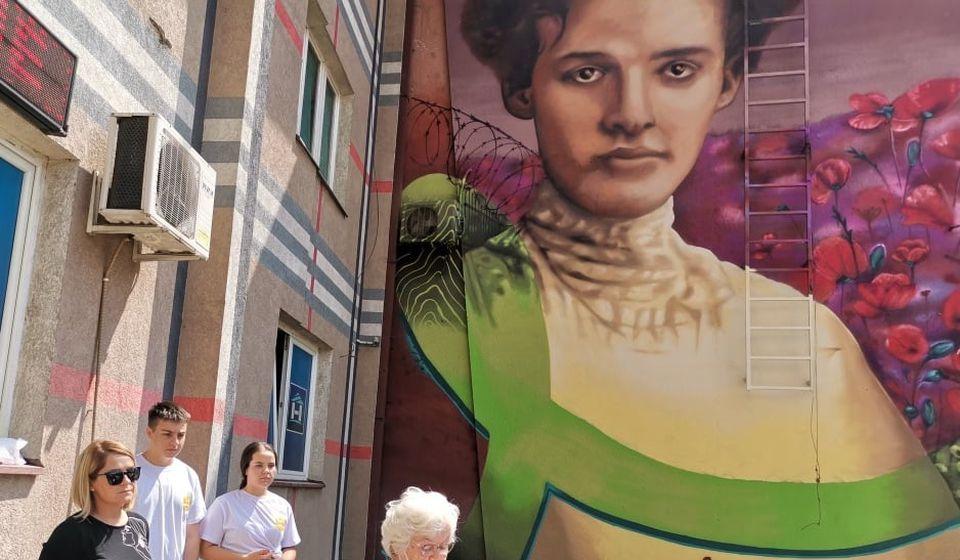 Ja sam Dara iz Jasenovca: Jelena Buhač Radojčlić na svečanosti povodom otkrivanja murala. Foto vranje.rs