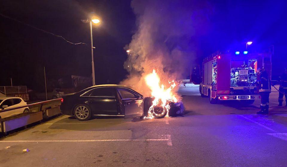 Antićev automobil u plamenu. Foto lična arhiva