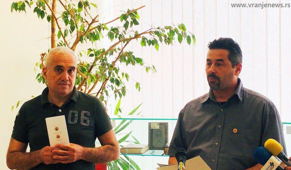 Miša Stojčić i direktor biblioteke Zoran Najdić na otvaranju izložbe. Foto Vranje News