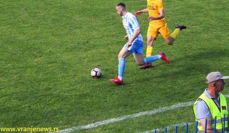 Na ledu pred utakmicu sezone: Luka Ratković (desno) u duelu sa defanzivcem Spartaka Vukčevićem. Foto VranjeNews