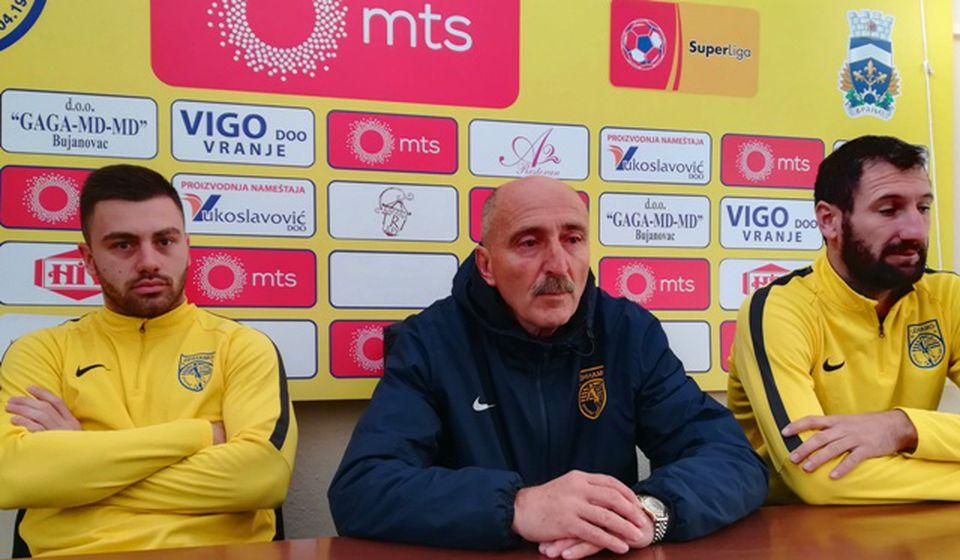 Jovanović sa fudbalerima Dimitrovim i Gašićem na konferenciji za medije. Foto VranjeNews