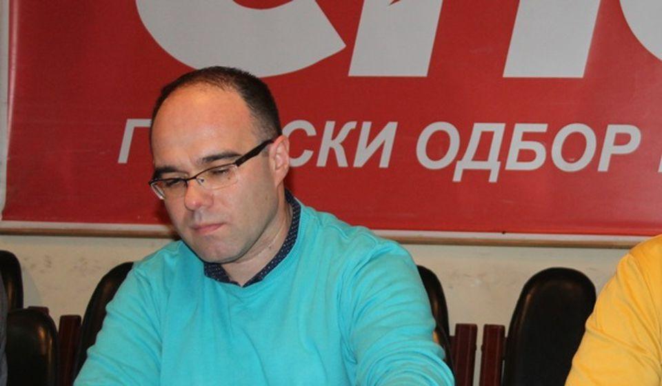 Preletače ispraćamo pićem i kolačima: Branimir Stojančić. Foto VranjeNews