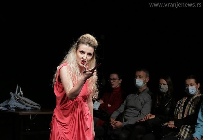 Novopazarci najbolji po mišljenju publike: detalj iz predstave Ako dugo gledaš u ponor. Foto Vranje News