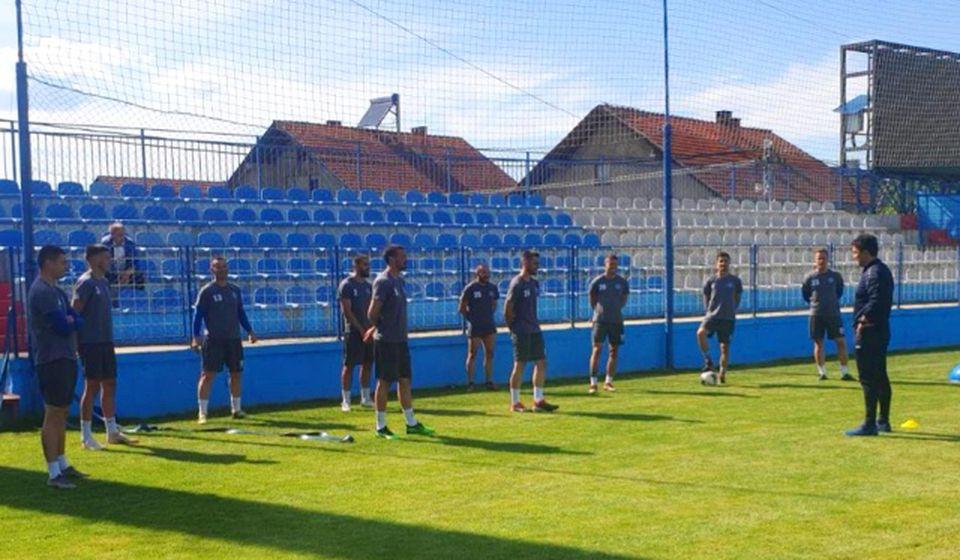 Trener Simo Krunić sa svojim fudbalerima: Foto FK Radnik