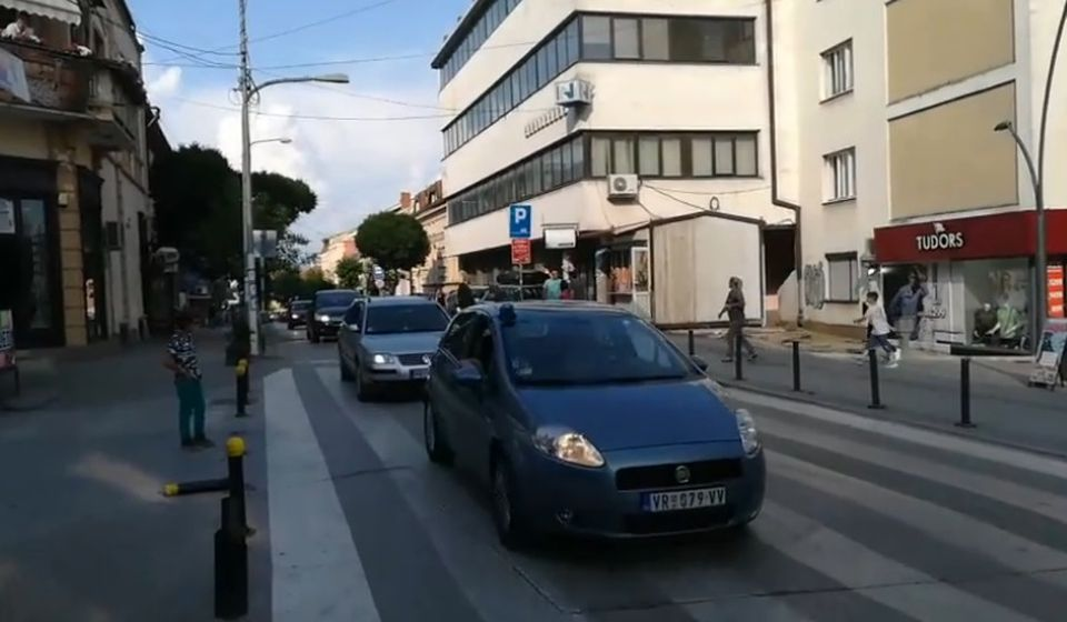 I policijski auto pod rotacijom. Foto VranjeNews