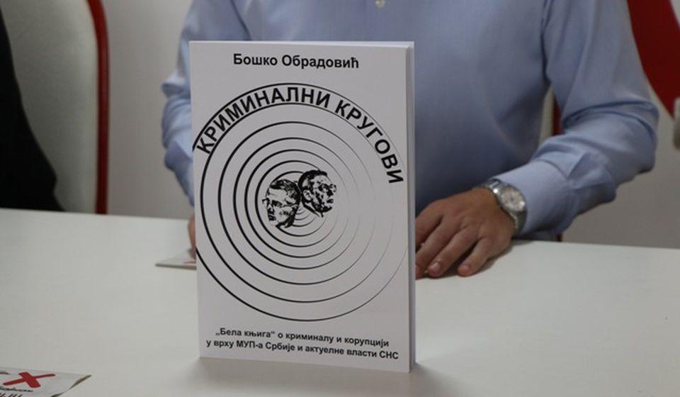 Najnovija knjiga Boška Obradovića. Foto Vranje News
