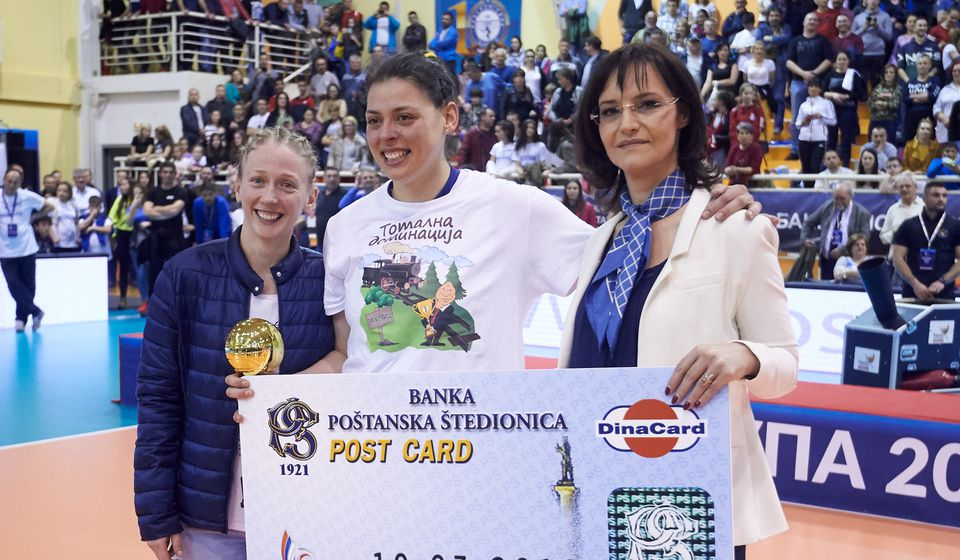 Jelena Stanimirović sa nagradom namenjenom MVP-u finala Kupa. Foto OS Srbije