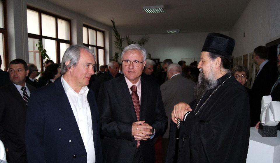 Zoran Momčilović (levo), sa bivšim dekanom Cenićem i vladikom Pahomijem. Foto Pedagoški fakultet