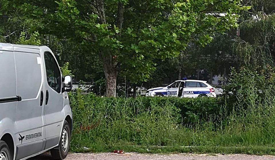 Opkoljavanje: vozilo policije na potezu prema