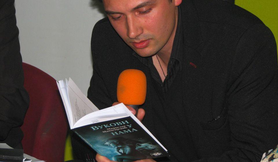 Pojava mladog pesnika glasna poput zavijanja vuka: Miroslav Manasijević na promociji svog pesničkog prvenca. Foto VranjeNews
