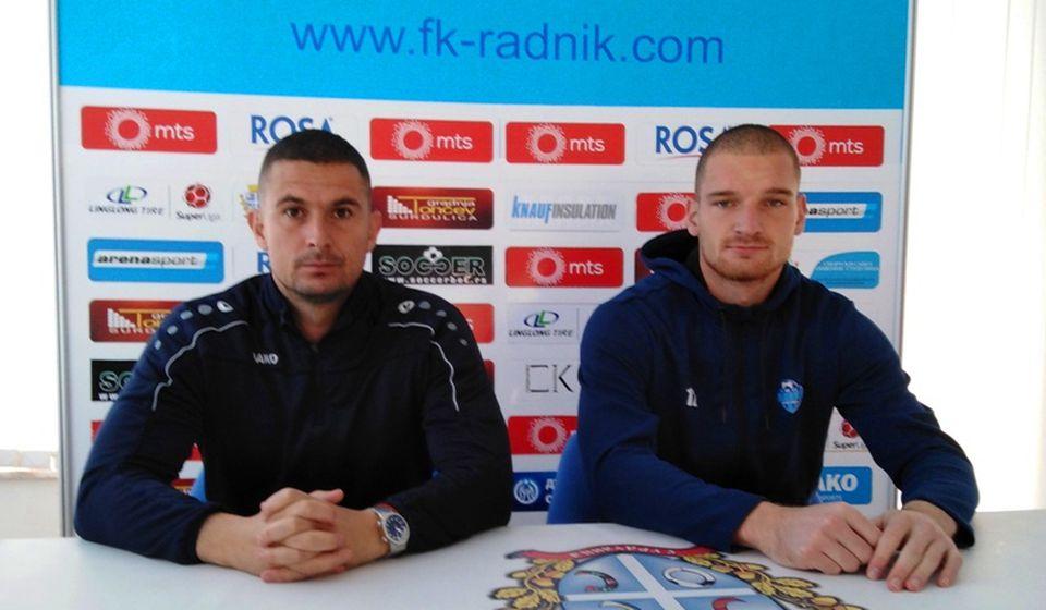 Slavoljub Đorđević sa golmanom Radnika Ivanom Kostićem. Foto D. Mirčev