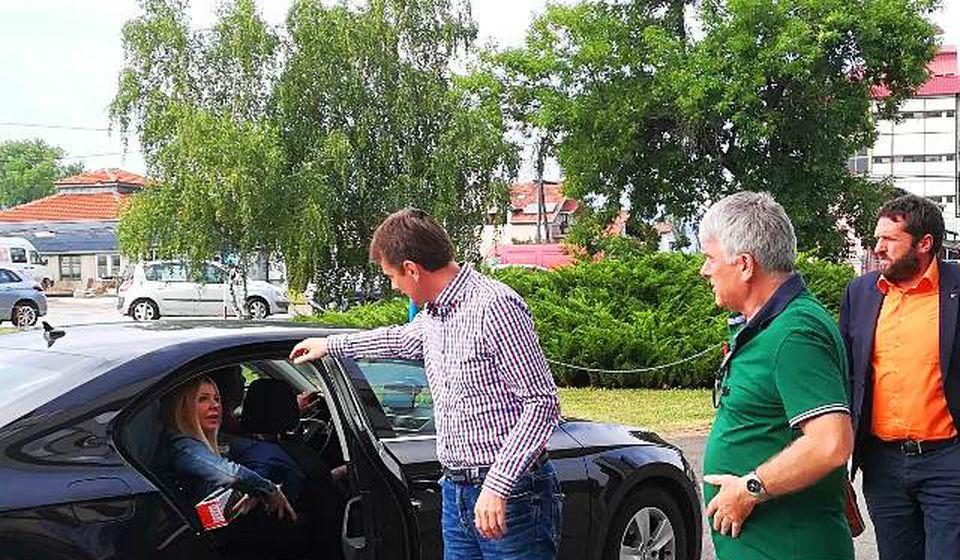 Zoran Veličković Zuja (u zelenoj majci), član SPS-a, dočekuje predsednika IO SNS Darka Glišića u Vranju. Foto VranjeNews