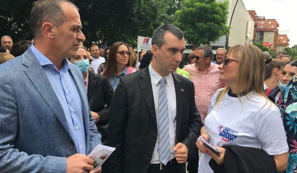 Vladimir Orlić sa funkcionerima GrO SNS na šetalištu u centru grada. Foto SNS