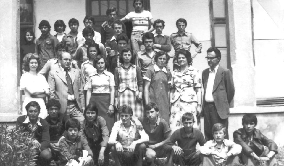 Odeljenje polaznika Škole za opismenjavanje odraslih sa učiteljicom Smiljom Stanojković 1966. godine. Foto NU