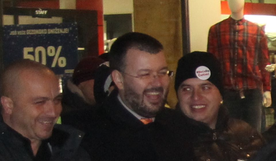 Saša Arsić (levo) sa istoričarom Čedom Antićem u jednoj od protestnih šetnji protiv Vučićevog režima u Vranju. Foto vranjeNews