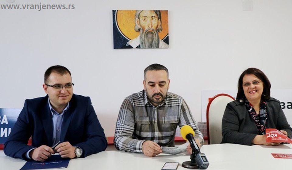 Čvrsto opredeljeni za bojkot: Đorđe Ristić, Milan Mihajlović i Nela Dimitrijević na konferenciji za medije. Foto VranjeNews