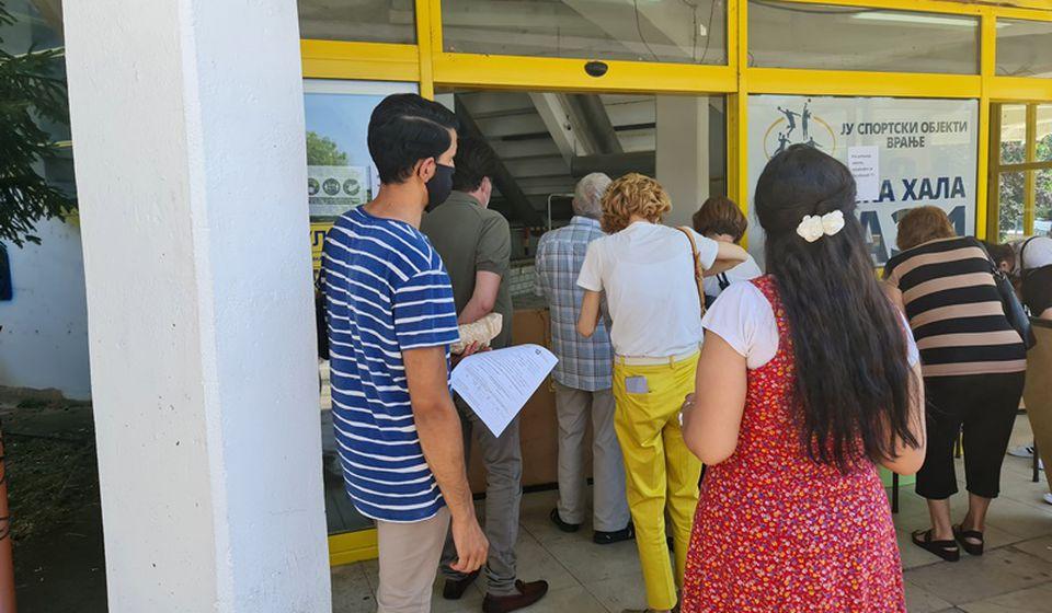 Red za vakcinaciju ispred Sportske hale. Foto ZC Vranje