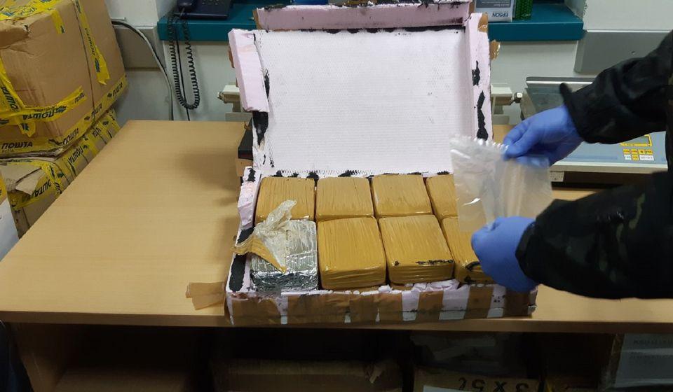 Šesnaest paketa od po pola kilograma heroina. Foto UC