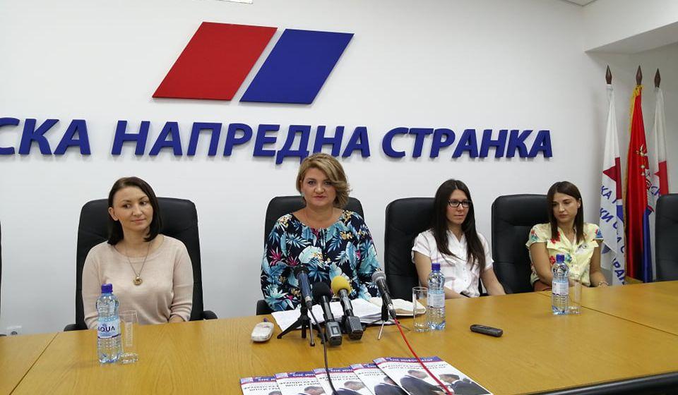 Dragana Arsić sa saradnicima na konferenciji za medije. Foto S. Tasić