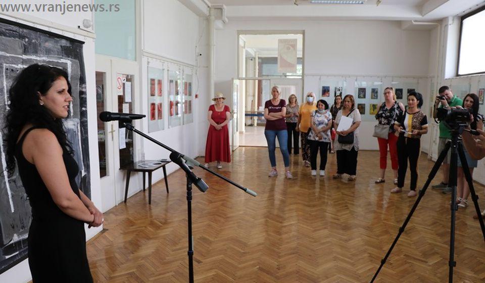 Aleksandra Ilić pred publikom u Galeriji NU. Foto Vranje News